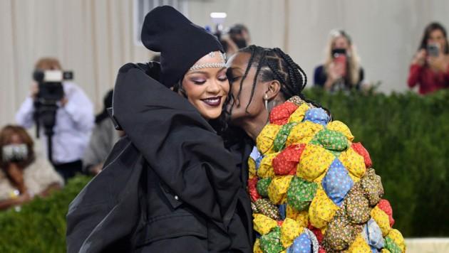 Rihanna schmuste mit Freund A$AP Rocky am Red Carpet der Met Gala. (Bild: AFP)