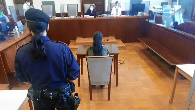 Die Pflegerin, die einen Millionenschatz gestohlen hat, vor Gericht in Wiener Neustadt. (Bild: Peter Grotter)