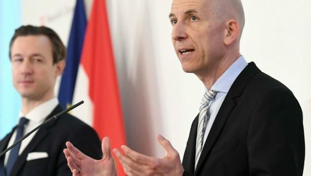 Finanzminister Gernot Blümel und Arbeitsminister Martin Kocher (beide ÖVP) (Bild: APA/HELMUT FOHRINGER)
