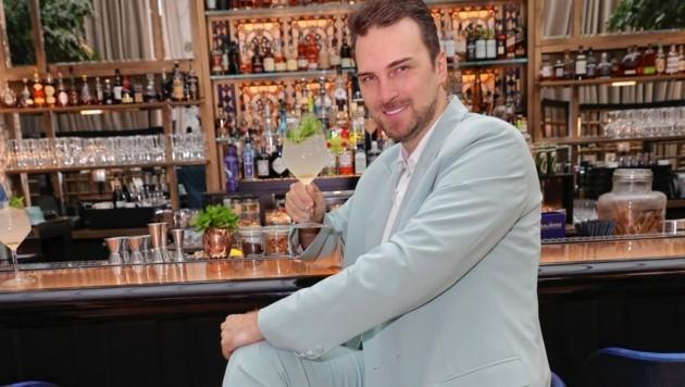 Niko Niko liebt den Luxus des Wiener Park-Hyatt-Hotels und genießt hier immer gerne neben Suite und Spa einen Hugo an der Bar. (Bild: Tomschi Peter)
