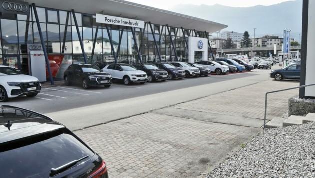 Bei Porsche Innsbruck müssen Kunden – je nach Modell – bis zu einem Jahr warten. (Bild: Christof Birbaumer Kronenzeitung)