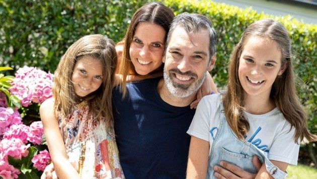 Nikola Marinovic im Kreise seiner Familie. Der 45-Jährige ist allerdings viel unterwegs. (Bild: Maurice Shourot)