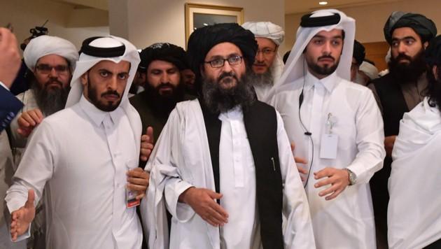Vizepremier Mullah Abdul Ghani Baradar (Mitte) ist seit Tagen von der Bildfläche verschwunden. (Bild: AFP )