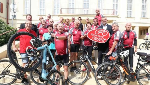 Zwischenstopp vor dem Landhaus: Der frühere Ortschef Grafl (M.) und sein flottes Radteam zu Besuch bei Landesrat Dorner. (Bild: Reinhard Judt)
