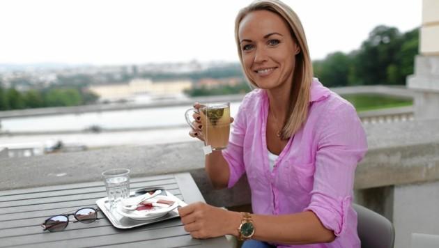 Tee statt Tanzschuhe: Poolbillardspielerin Jasmin Ouschan entspannt sich in einer ihrer Trainingspausen in der Gloriette Schönbrunn. (Bild: Gerhard Bartel)