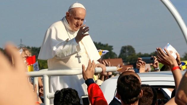 Papst Franziskus winkt den 45.000 katholischen Gläubigen zu. (Bild: Christian Jauschowetz)
