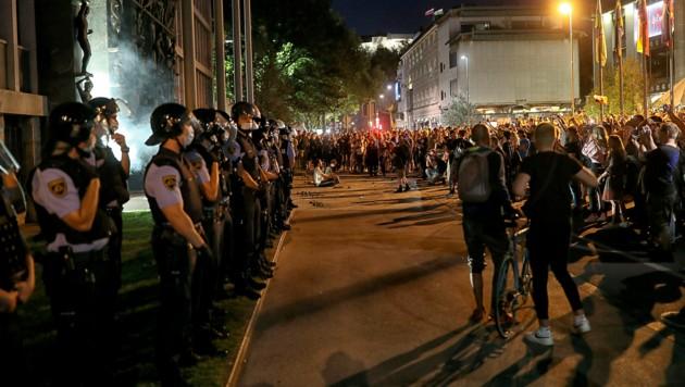 Ein Polizeikordon schützte das slowenische Parlament vor wütenden Demonstranten. (Bild: Copyright 2021 The Associated Press. All rights reserved)