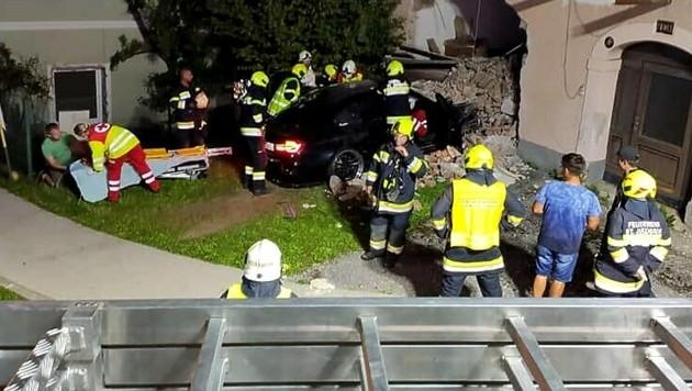 Der Deutsche krachte mit seinem Fahrzeug frontal gegen das Haus. (Bild: FF Rosegg)