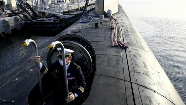 Ein französischer Offizier steigt aus einem U-Boot - der milliardenschwere Deal Frankreichs mit Australien über eine ganze Flotte ist Mitte September geplatzt. (Bild: AFP)