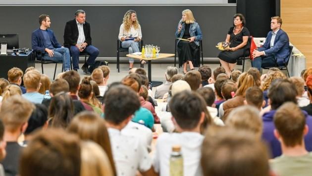 Von links: Felix Eypeltauer (Neos), Günther Steinkellner (FPÖ), Moderatorin Magdalena Stefely, Christine Haberlander (ÖVP), Birgit Gerstorfer (SPÖ) und Stefan Kaineder (Grüne). (Bild: Alexander Schwarzl)