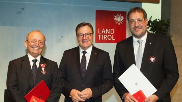 Franz X. Gruber (r.) und Ferry Polai (l.) erhielten das Große bzw. das Silberne Ehrenzeichen. LH Günther Platter überreichte die Auszeichnung in Vertretung von UHBP van der Bellen. (Bild: Land Tirol/Frischauf)