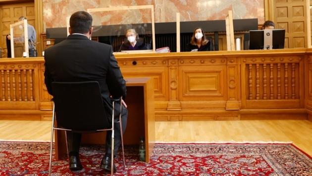 Der stämmige Angeklagte (46) vor dem Richter-Senat im Salzburger Schwurgerichtssaal (Bild: Tschepp Markus)