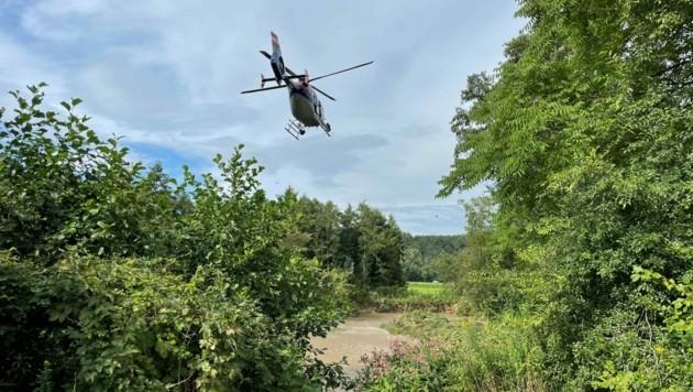 Ein Polizeihelikopter unterstützte die Suche nach den verschwundenen Flüchtlingen aus der Luft. (Bild: Christian Schulter)