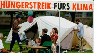 Teilnehmer des Hungerstreiks in einem Park am Spreebogen (Bild: APA/AFP/Odd ANDERSEN)