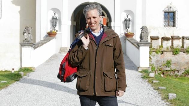 """Johann-Philipp Spiegelfeld moderiert """"Herrschaftszeiten!"""" im ORF. (Bild: ORF)"""