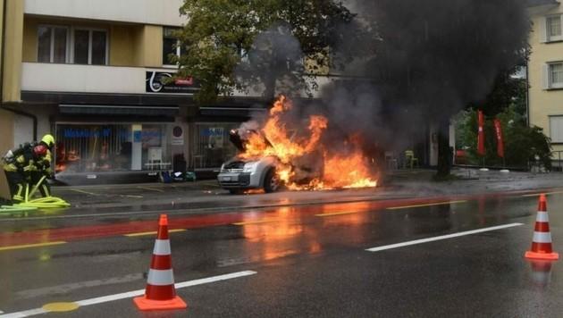 Das Auto wurde zu einem Raub der Flammen. (Bild: KAPO Appenzell Ausserhoden)