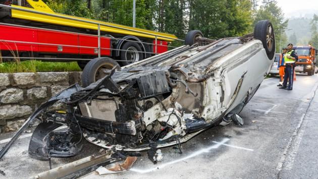 Das Auto wurde bei dem spektakulären Crash massiv beschädigt. (Bild: Bernd Hofmeister)