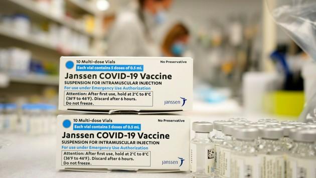 Mehrere Ampullen des Impfstoffs Janssen von Johnson & Johnson (Bild: AP)