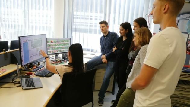 Chefin vom Dienst Jasmin Steiner zeigte die technischen Abläufe am Bildschirm. (Bild: Birbaumer Christof)