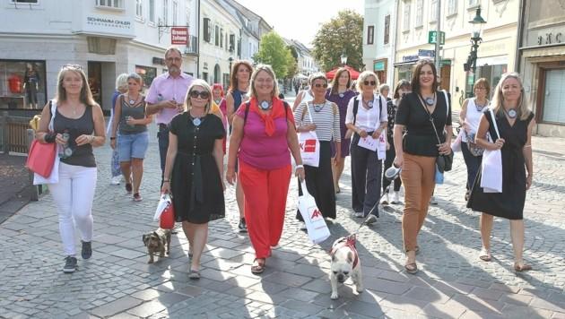 """LH-Stv. Astrid Eisenkopf (2. v. re.) und ihre Französische Bulldogge """"Frankie"""" spazierten ebenfalls mit. (Bild: LMS)"""