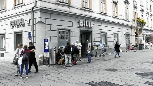 """Die Situation am Freitagvormittag: Am Grazer Hauptplatz wurde das """"Billa-Eck"""" wieder stark belagert. (Bild: Christian Jauschowetz)"""