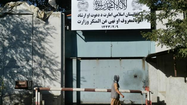 """Das einstige Frauenministerium der afghanischen Regierung wurde unter den Taliban ein """"Tugendministerium"""", wie das Schild über dem Eingangstor verrät. (Bild: AFP)"""