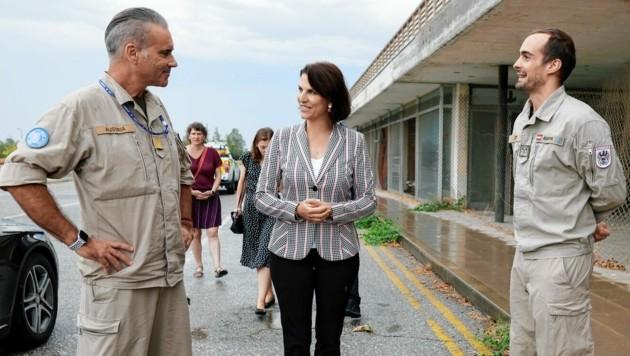 Die beiden UN-Soldaten aus Österreich in der Pufferzone im Gespräch mit Europaministerin Karoline Edtstadler (ÖVP) (Bild: BKA/Wenzel)