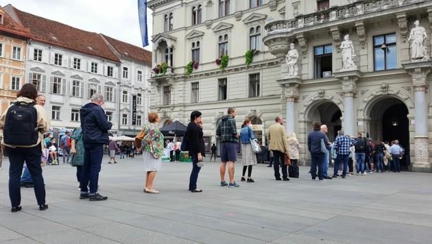 Schlange vor dem Rathaus beim vorgezogenen Wahltag in Graz (Bild: APA/PETER KOLB)