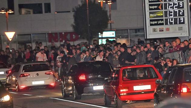 Das GTI-Nachtreffen lockt zahlreiche Autofans an. (Bild: Sobe Hermann)