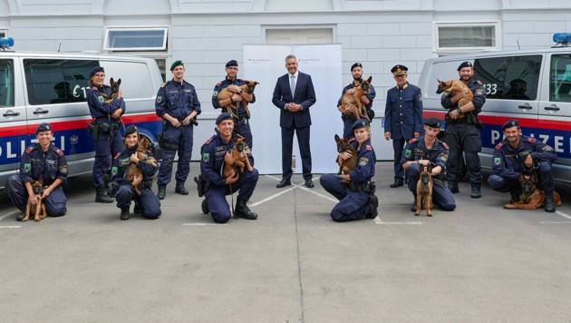 Innenminister Karl Nehammer (ÖVP) mit den neuen Diensthunde-Welpen und ihren Hundeführern. (Bild: BMI-Karl Schober)