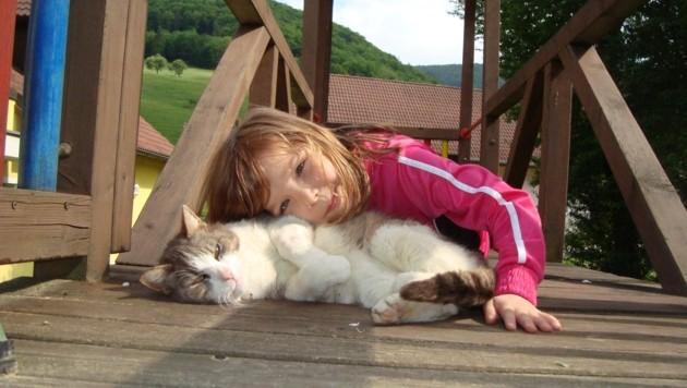 Der Bauernhof in Eschenau betreut mit viel Herz sozial benachteiligte Kinder. Auch Tiere helfen dabei sehr! (Bild: Team Kinderbauernhof)