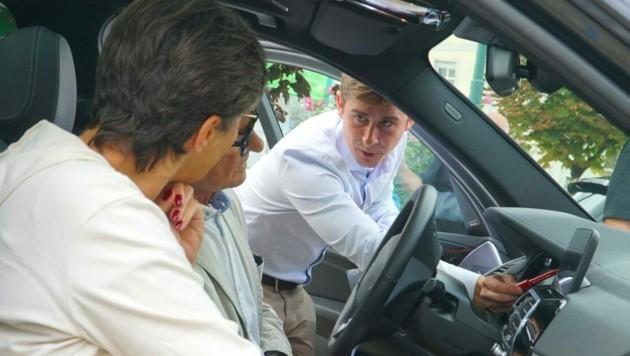 Experten informierten die neugierigen Besucher über die verschiedenen Funktionen und Vorteile von E-Autos. (Bild: Katrin Apenburg)