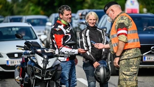 Die Motorradfahrer Anita Pieringer und Josef Pollach stiegen für die Kontrolle extra ab. (Bild: Alexander Schwarzl)