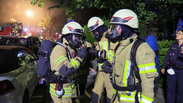Die Dornbirner Florianis mussten mit Atemschutz gegen den Dachstuhlbrand kämpfen. (Bild: Maurice Shourot)