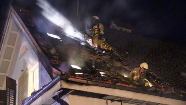 Teile des Daches mussten abgetragen werden um darunterliegende Glutnester zu bekämpfen. (Bild: Maurice Shourot)