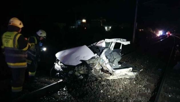 Das Auto wurde beim Zusammenprall mit dem Zug völlig demoliert. (Bild: zVg/FF St. Michael am Zollfeld)