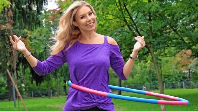 Beim Opernball moderiert Nina Kraft vor einer Million Menschen, privat ist sie gerne auch mal alleine, wie etwa beim Reifen-Schwingen. (Bild: Tomschi Peter)