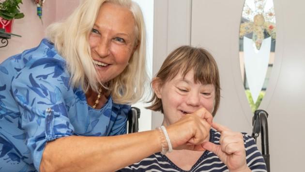 Romana (51) lebt seit ihrer Geburt mit dem Down-Syndrom. Sie wohnt mit ihrer Schwester Dagmar, die Romana auch pflegt, in Langenzersdorf in einem netten kleinen Haus. Das Badezimmer darin würde für Romana allerdings immer mehr zur Hürde, weshalb der Verein die Kosten für den Umbau des Zimmers übernahm. (Bild: Verein auf Augenhöhe)