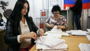 Wahlhelferinnen bei der Stimmenauszählung (Bild: AP)