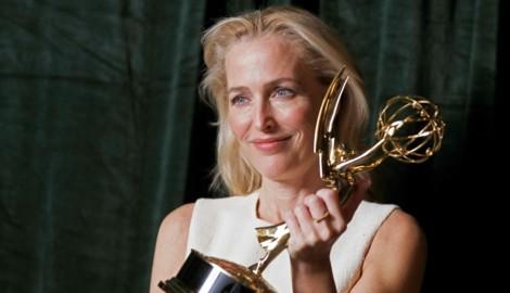 Gillian Anderson mit ihrem Emmy-Award, den sie für ihre Rolle als britische Premierministerin Margaret Thatcher gewonnen hat. (Bild: PETER NICHOLLS / REUTERS / picturedesk.com)