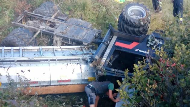 Das Spezialfahrzeug blieb in einem Tobel liegen, der 81-jährige Fahrer wurde eingeklemmt. (Bild: Mathis Fotografie)