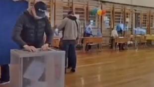Überwachungsvideos, die auf Twitter und in anderen sozialen Medien kursieren, sollen eine groß angelegte Wahlmanipulation in Russland dokumentieren. Die Aufnahmen zeigen Personen, die Stimmzettel in Wahlurnen stopfen. (Bild: twitter.com/LMorgenbesser)