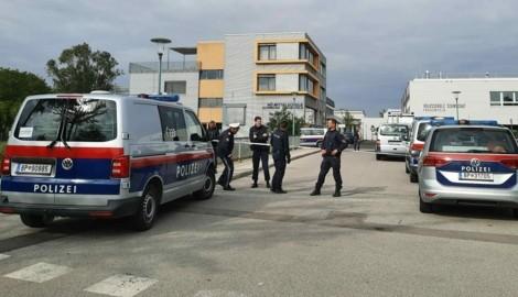 Ein Großaufgebot an Einsatzkräften sichert die Neue Mittelschule in Schwechat ab. (Bild: Patrick Huber)