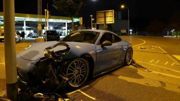 Der stark beschädigte Unfall-Porsche. (Bild: Stadtpolizei St. Gallen)
