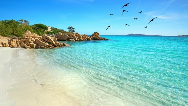 Immer wieder nehmen Touristen verbotenerweise Sand vom weltberühmten Sandstrand der Costa Smeralda auf Sardinien mit. (Bild: ©Jenny Sturm - stock.adobe.com)