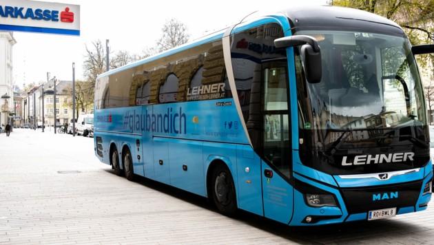 Von Freistadt bis Spital, von Uttendorf bis Grein: Stefanie Huber schickt den 480-PS-Bus diesmal für Antikörpertests durchs Bundesland. (Bild: Sparkasse OÖ)