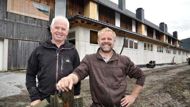Manfred Bogensperger (im Bild mit Vater Peter) ist das Wohl seiner Tiere extrem wichtig (Bild: Holitzky Roland)