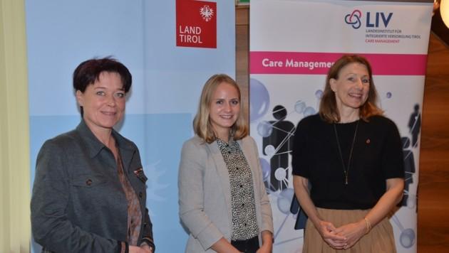 Pflege ist weiblich: Die Leiterin der Reuttener Care-Koordinierung Anna Paulweber flankiert von Sonja Ledl-Rossmann (li.) und Annette Leja. (Bild: Hubert Daum)