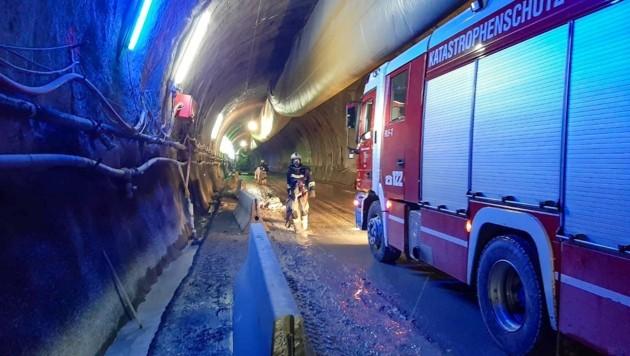 Nachdem der Brand gelöscht war, wurden alle Arbeiter aus dem Tunnel geborgen. (Bild: zeitungsfoto.at/Liebl Daniel)
