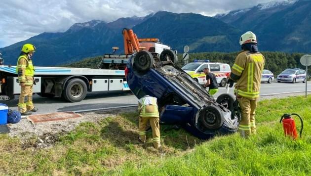 Das Auto blieb auf dem Dach liegen (Bild: zeitungsfoto.at)